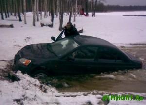 Na Kurshskom zalive avtomobil' provalilsja pod led