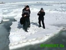 Vosem' rybakov chut' ne uplyli v Latviju na l'dine