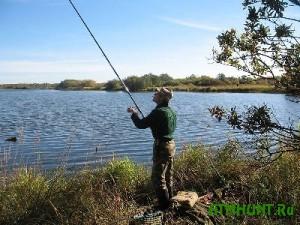 Dolzhnik po oplate ZhKU prjatalsja ot pristavov na rybalke