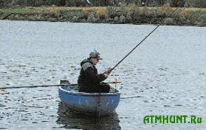 Ohranniki vodohranilishha lomajut ukrainskim rybakam udochki i podrezajut lodki