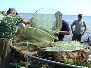 Ukrainskie pogranichniki zaderzhali brakon'erskij kater, doverhu zabityj ryboj