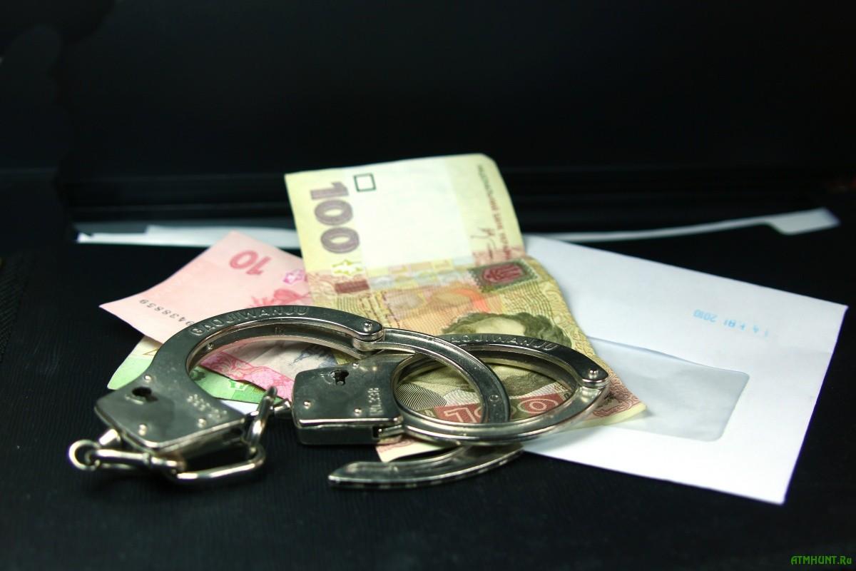 Взятка. Конверт, гривны, наручники.