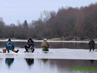 V Zaporozhskoj oblasti troih rybakov uneslo na otorvavshejsja l'dine