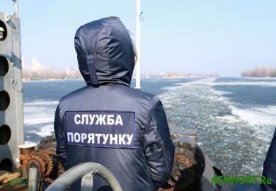 V Dnepropetrovske zajadlyh rybakov sgonjali so l'da ledokolom