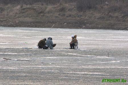 Pod Vinnicej sel'chanin spas troih provalivshihsja pod led rybakov