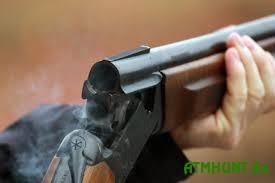 V Rossii brakon'er-policejskij pristrelil druga vmesto kosuli