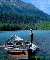 Рыбак выбирает лодку